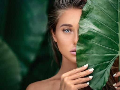 dziewczyna na zielonym tle z liści