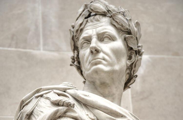 Juliusz Cezar w wieńcu laurowym